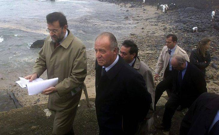 Mariano Rajoy y el rey Juan Carlos, durante su visita a las zonas afectadas