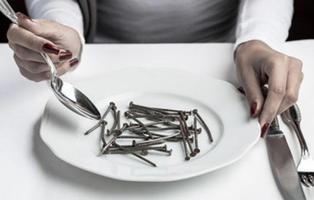 Operan a un hombre para extraer 639 clavos de su intestino