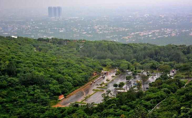 La ciudad goza de un microclima con abundante vegetación
