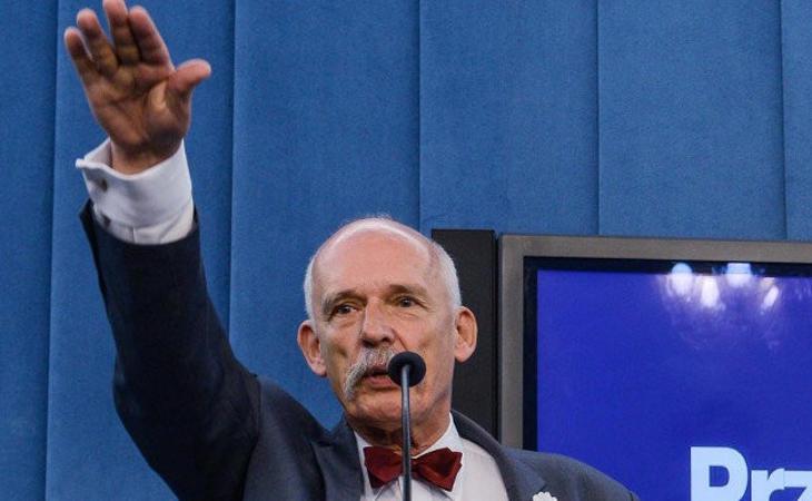 El eurodiputado Janusz Korwin-Mikke realizando el saludo nazi