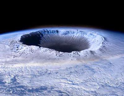 La teoría que afirma que hay vida inteligente y un Sol en el centro de la Tierra