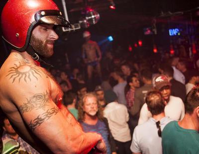 Un bar gay madrileño genera polémica por ofrecer copas gratis si te mide 20 centímetros