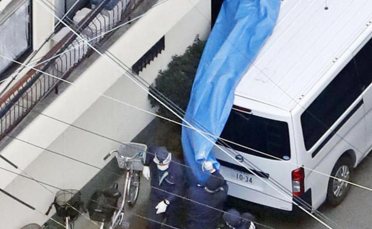 La policía investigando en la vivienda de Saito