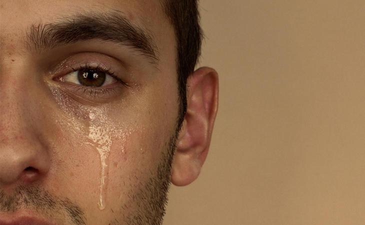 Aún un 10% de la población cree que los hombresn o pueden llorar