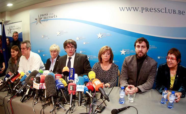 Puigdemont y los exconsellers huidos en una rueda de prensa ofrecida en Bruselas