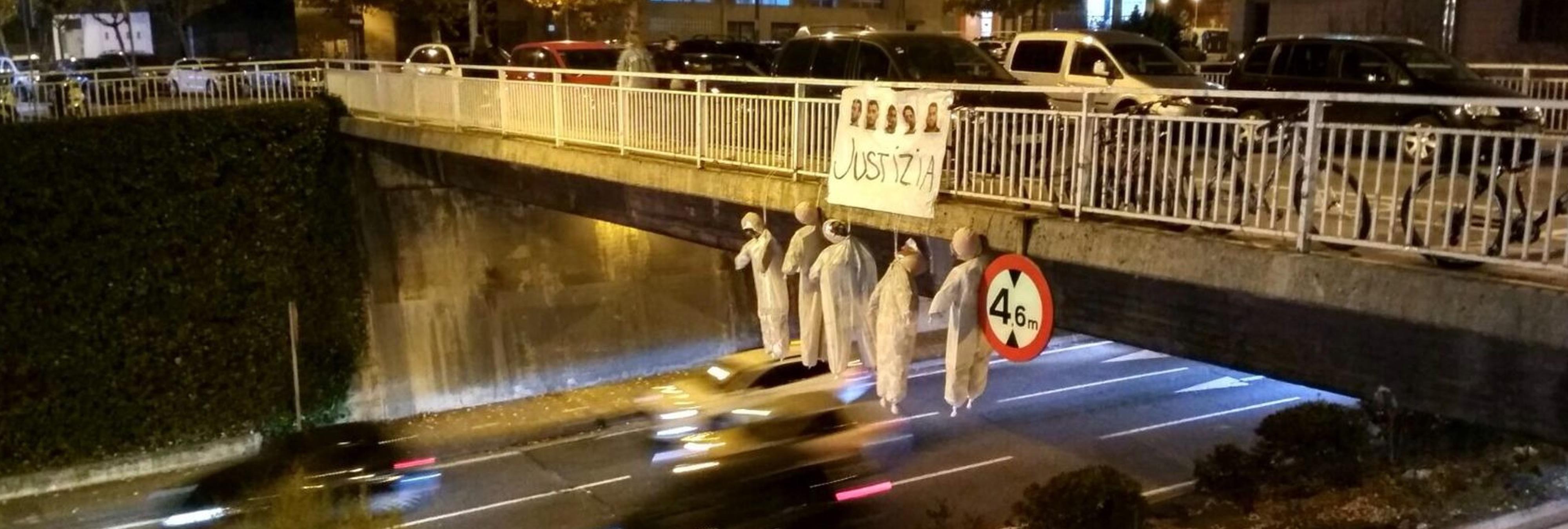 Cinco muñecos ahorcados y carteles contra 'La Manada' llenan las calles de Pamplona