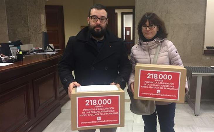 Se entregan firmas para prohibir la Fundación Francisco Franco