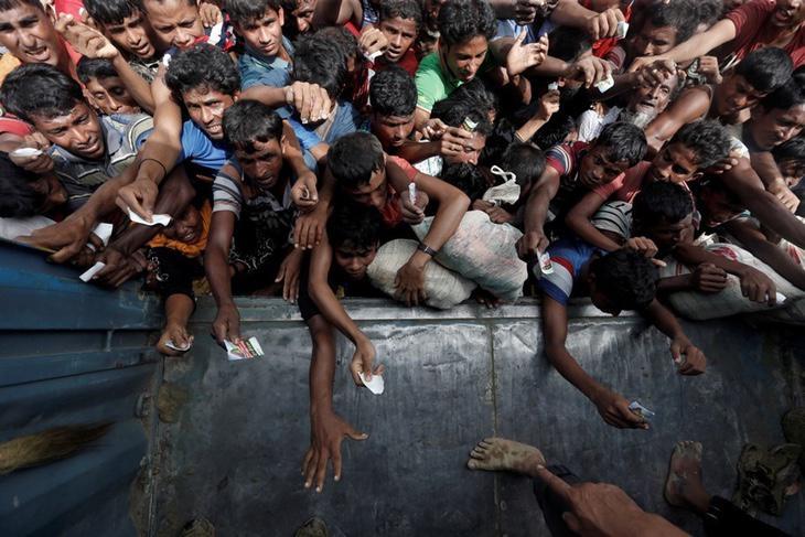 Refugiados esperando recibir ayuda po rparte de Bangladés al llegar a la frontera