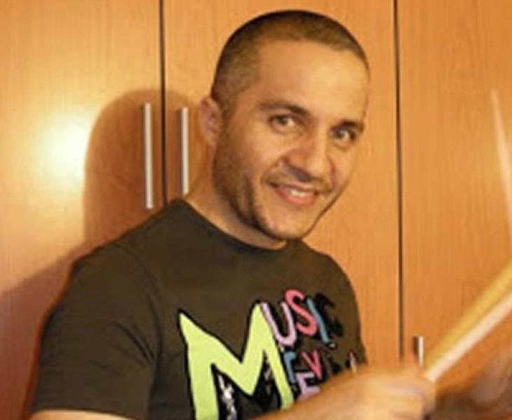 Javier Fernández, batería de Los Piratas, sufrió un brote cuando le retiraron la medicación