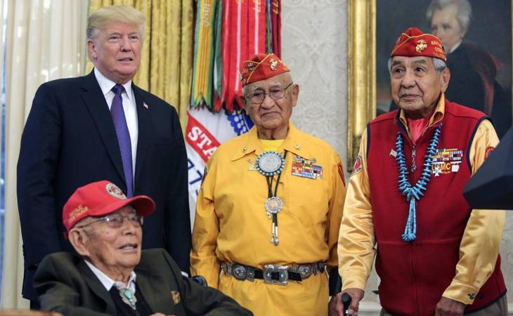 Donald Trump durante un encuentro con nativos americanos en la Casa Blanca