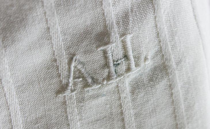 La prenda íntima tenía bordadas sus iniciales en la parte superior derecha