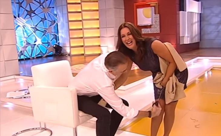 Juan y Medio cortando el vestido de su compañera Eva Ruiz