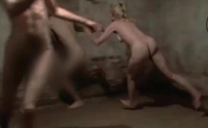 Imágenes de personas desnudas jugando en una cámara de gas