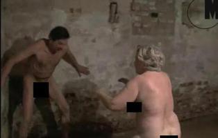 Un vídeo de gente desnuda jugando en una cámara de gas nazi desata la polémica en Polonia