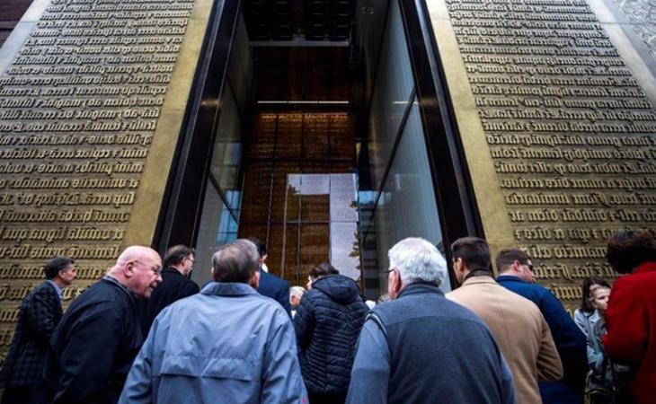 En la entrada al museo se exhiben dos réplicas gigantes de la biblia de Gutenberg