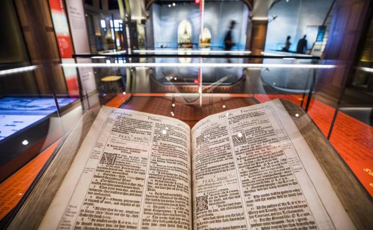 En sus instalaciones se exhiben muestras de réplicas de los textos sagrados, imágenes de la geografía de Israel...