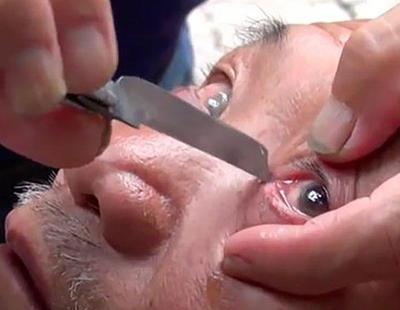 La técnica tradicional china de afeitarse los párpados está causando furor