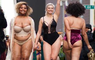 Times Square se paraliza por unas modelos 'curvy' en contra de Victoria's Secret