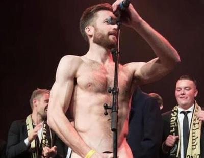 Un futbolista noruego celebra el título desnudándose y metiendo el pene en el trofeo