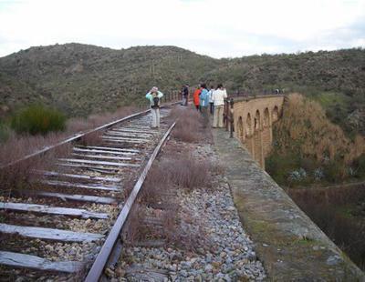 Usain Bolt corre el doble que los trenes extremeños (20 Km/h): viaje a la España olvidada