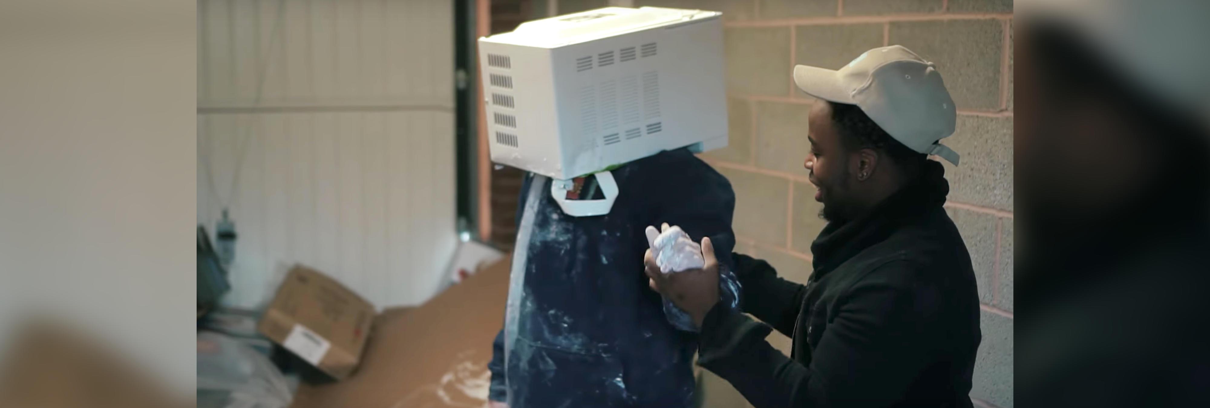 Un youtuber, a punto de morir tras meter su cabeza en un microondas lleno de cemento