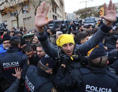 Los Mossos emplean la fuerza contra independentistas en el traslado de las obras de Sijena