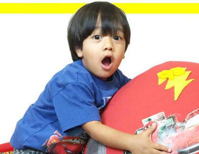 Un niño de seis años gana nueve millones de euros por probar juguetes en Youtube