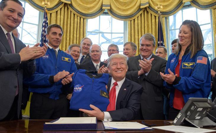 Donald Trump quiere enviar a Estados Unidos a la Luna