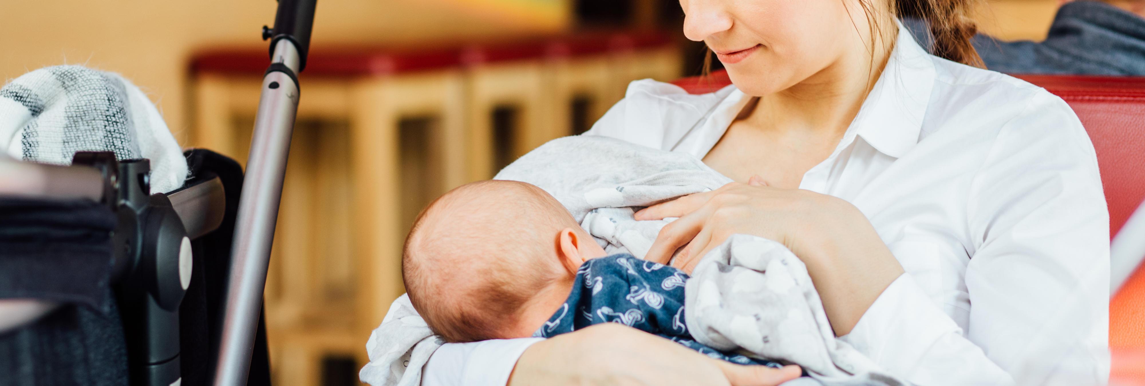 Expulsan a una mujer de un vuelo por dar de mamar a su bebé