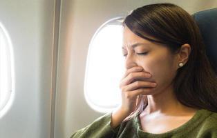 """Eyacula sobre una pasajera en el avión y se defiende diciendo que fue un """"ataque de tos"""""""
