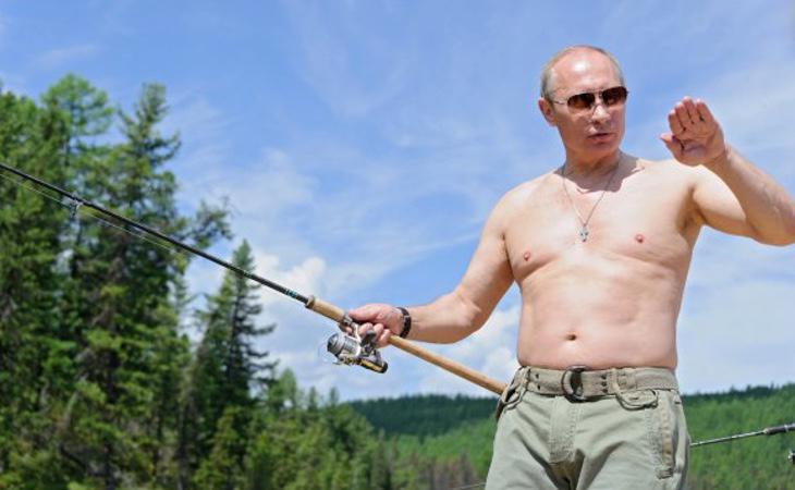 Vladimir Putin, sujetando una larga y contundente caña de pescar