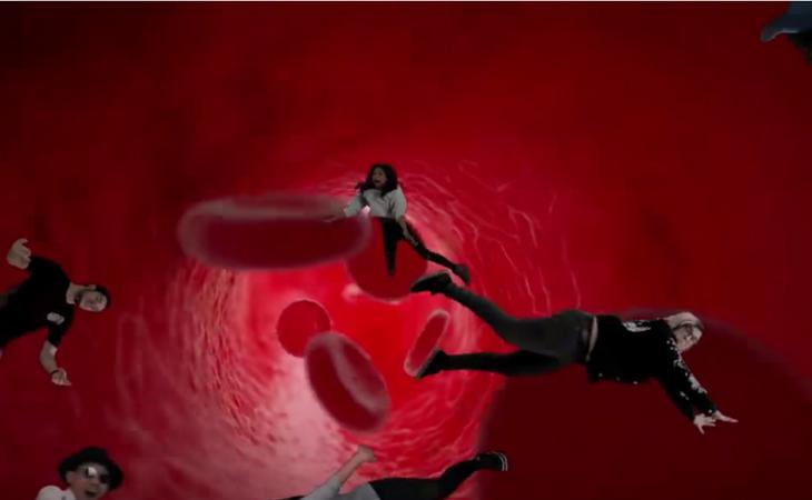 Yellow Mellow rodeada de glóbulos en el Rewind 2017