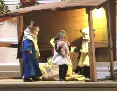 Una niña roba el niño Jesús de un Belén viviente y se pelea con la Virgen