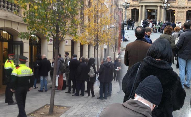 Largas colas para votar desde primera hora de la mañana