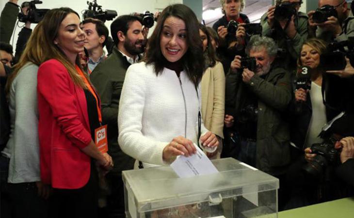 Inés Arrimadas, candidata de Ciudadanos, ha votado entre vítores y abucheos: