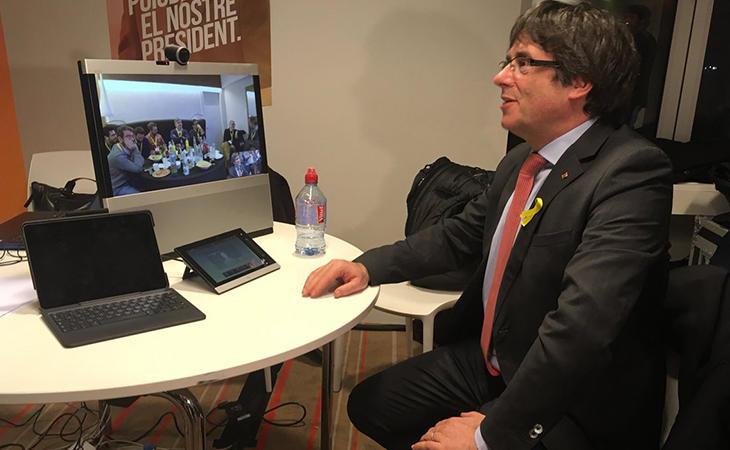 Puigdemont sigue el escrutinio desde Bruselas en contacto con la sede de JuntsxCat a traves de videoconferencia