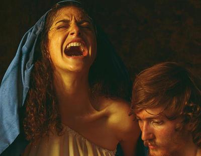 Pariendo, gritando y con sangre: la polémica representación de la Virgen María