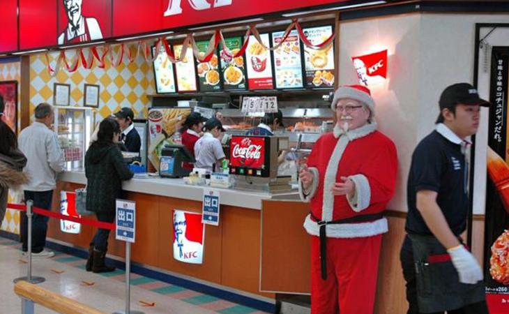 La tradicional cena navideña en Japón se celebra en una conocida cadena de comida rápida. No es broma