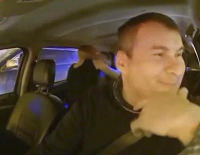 Comenzaron a tener sexo en su taxi y él decidió grabarlos y subirlo a internet