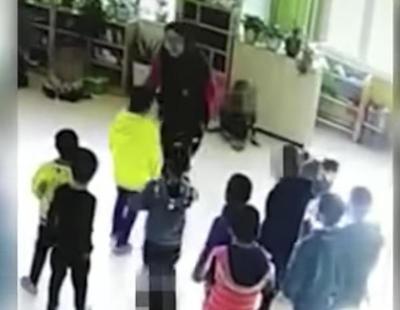 Graban a una profesora de infantil golpeando y pateando en el rostro a sus alumnos