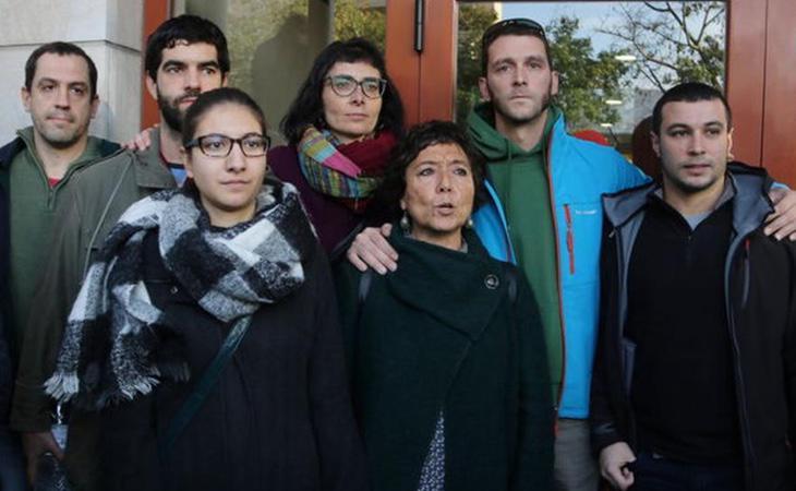Varios de los concejales de la CUP imputados, ante las puetad del juzgado de Reus