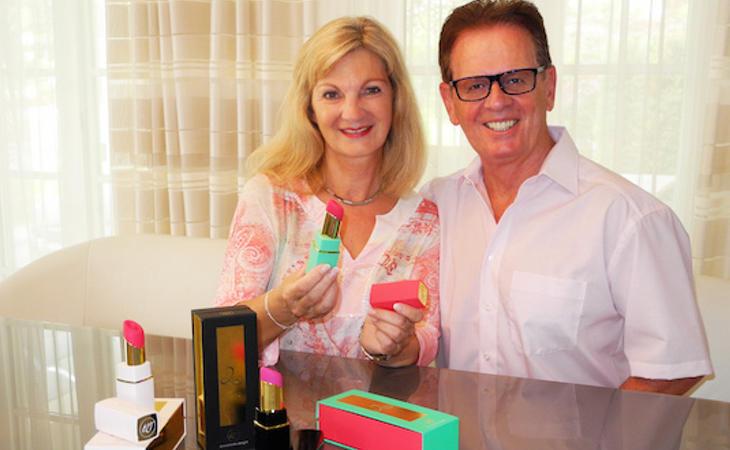 Michael Lenke, inventor de Womanizer, y su mujer Brigitte posan con Womanizer 2Go, la versión para llevar en forma de pintalabios