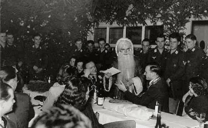 El dios Odín repartiendo regalos ante soldados nazis