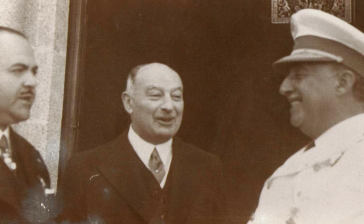 Pedro Barrié de la maza, en el centro, junto a Franco