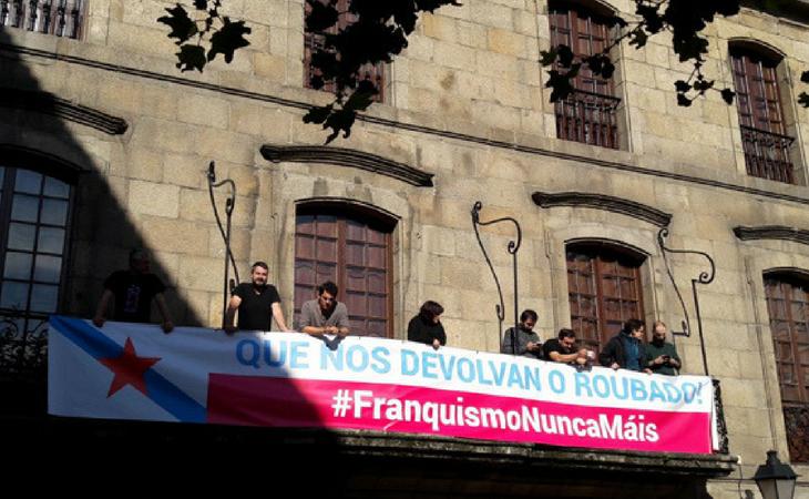 Protestas del BNG en el balcon de la Casa Cornide