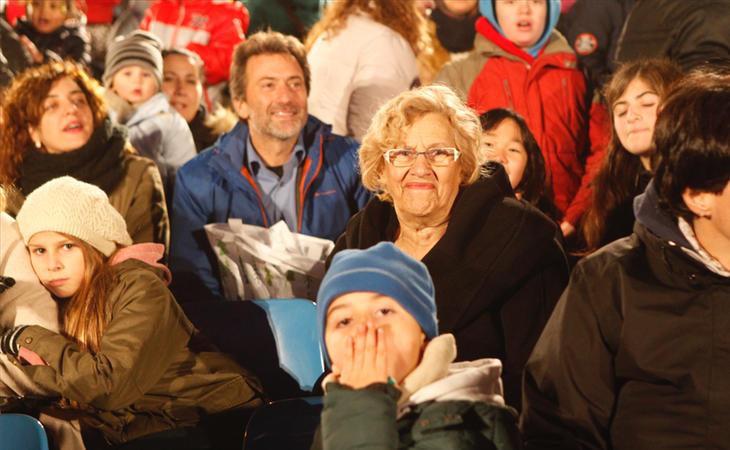 Manuela Carmena, al lado de los niños más desfavorecidos en la Cabalagata de los Reyes Magos