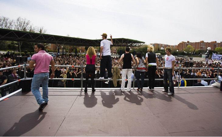 Algunos de los concursantes comprueban el apoyo del público durante una firma de discos