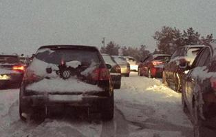 El Ejército libera los coches atrapados por la nieve durante toda una noche en la AP6