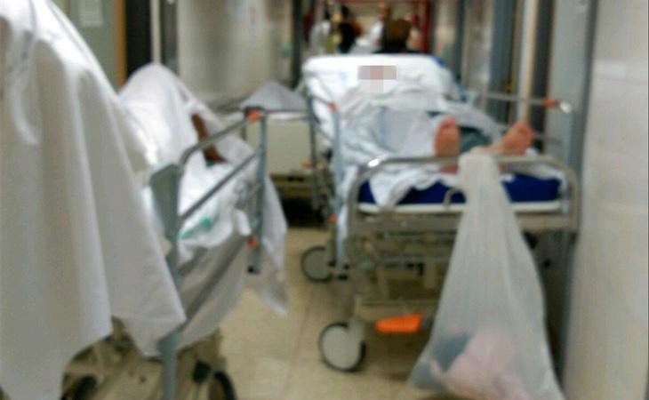Pacientes en el pasillo, una imagen habitual en La Paz