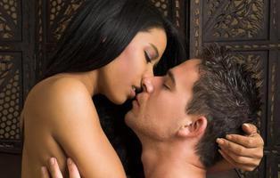 ¿Conoces el beso tántrico? Aprende a darlo para animar tu vida sexual
